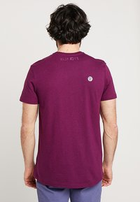 Lyle & Scott - ATTAQUER - T-Shirt print - bright purple - 2