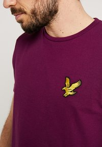 Lyle & Scott - ATTAQUER - T-Shirt print - bright purple - 6