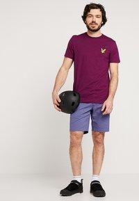 Lyle & Scott - ATTAQUER - T-Shirt print - bright purple - 1