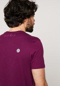 Lyle & Scott - ATTAQUER - T-Shirt print - bright purple - 4