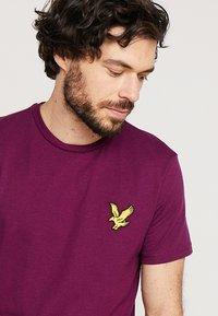 Lyle & Scott - ATTAQUER - T-Shirt print - bright purple - 3