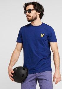 Lyle & Scott - ATTAQUER - T-Shirt print - admiral blue - 0