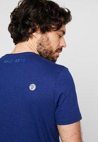 Lyle & Scott - ATTAQUER - T-Shirt print - admiral blue - 4