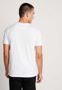 Lyle & Scott - SCRIPT LOGO - T-shirt med print - white - 2