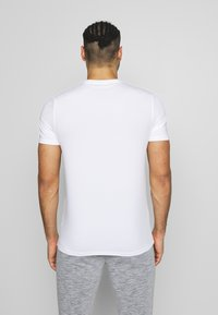 Lyle & Scott - EAGLE TRAIL - Jednoduché triko - white - 2