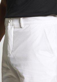 Lyle & Scott - GOLF TECH SHORTS - Sportovní kraťasy - white - 3
