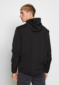 Lyle & Scott - SOLID ULTRA LIGHT ANORAK - Veste coupe-vent - true black - 2