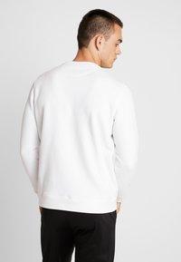 Lyle & Scott - SCRIPT LOGO  - Sweatshirt - white - 2