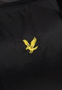 Lyle & Scott - LIGHTWEIGHT BARREL - Weekendbag - true black - 6