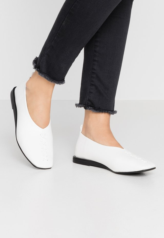 VEGAN LIA - Loaferit/pistokkaat - white