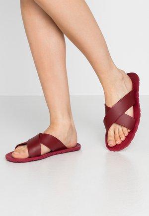 VEGAN LORENA - Sandály do bazénu - berry