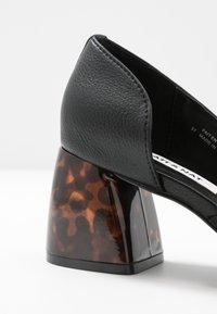Matt & Nat - VEGAN PIKOSA - Classic heels - black - 2