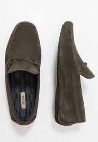Burton Menswear London - FORD DRIVER - Mokasíny - khaki - 1