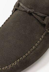 Burton Menswear London - FORD DRIVER - Mokasíny - khaki - 5