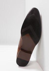 Burton Menswear London - SAMPSON DERBY - Zapatos con cordones - tan - 4