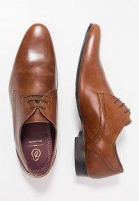 Burton Menswear London - SAMPSON DERBY - Zapatos con cordones - tan - 1