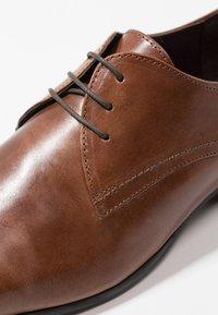 Burton Menswear London - SAMPSON DERBY - Zapatos con cordones - tan - 5