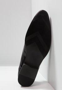 Burton Menswear London - SAMPSON DERBY - Business sko - black - 4