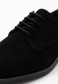 Burton Menswear London - JACOBY DERBY - Šněrovací boty - black - 5