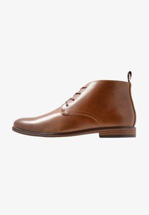 BRACE CHUKKA - Šněrovací boty - tan