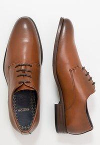 Burton Menswear London - TEDSON DERBY - Eleganta snörskor - tan - 1
