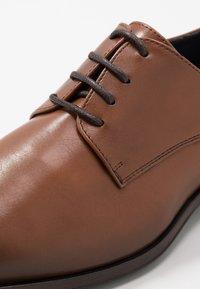 Burton Menswear London - TEDSON DERBY - Eleganta snörskor - tan - 5