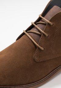 Burton Menswear London - BRAN CHUKKA - Šněrovací boty - tan - 5