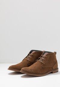 Burton Menswear London - BRAN CHUKKA - Lace-ups - tan - 2