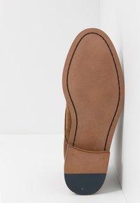 Burton Menswear London - BRAN CHUKKA - Šněrovací boty - tan - 4