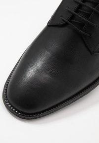 Burton Menswear London - ROLAND - Zapatos con cordones - black - 5