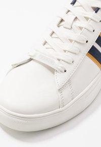 Burton Menswear London - DALE STRIPE TRAINER - Trainers - white - 5