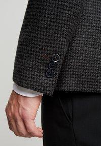 Burton Menswear London - DOGTOOTH BLAZER - Jakkesæt blazere - charcoal - 4