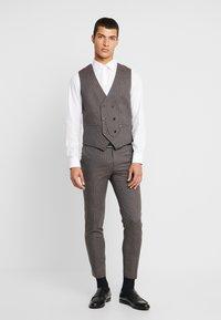 Burton Menswear London - BURG HOUNDTOOTH - Dressbukse - burgundy - 1