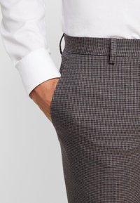 Burton Menswear London - BURG HOUNDTOOTH - Dressbukse - burgundy - 3