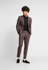 Burton Menswear London - MAUVE POW CHECK - Pantaloni eleganti - burgundy - 1