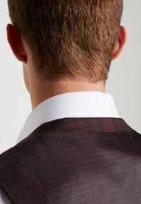 Burton Menswear London - TARTAN - Gilet elegante - red - 4