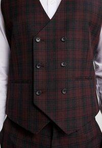 Burton Menswear London - TARTAN - Gilet elegante - red - 6