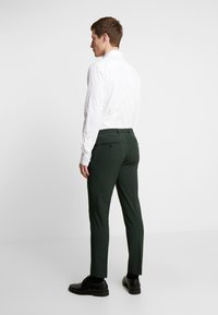 Burton Menswear London - SCARAB STRETCH - Pantaloni eleganti - green - 2