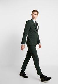 Burton Menswear London - SCARAB STRETCH - Pantaloni eleganti - green - 1
