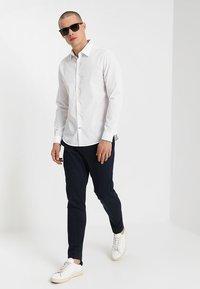 Burton Menswear London - SLIM ESSENTIAL - Kostymskjorta - white - 1