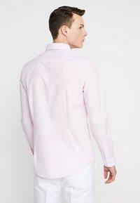 Burton Menswear London - GINGHAM SLIM FIT - Skjorte - pink - 2