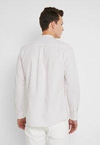 Burton Menswear London - STONE FINE STRIPE GRANDAD - Camicia - stone - 2