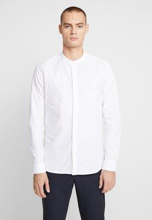 CHEST EMBROIDERY GRANDAD - Camicia - white