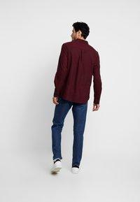 Burton Menswear London - BURG HERRINGBONE - Shirt - burgundy - 2