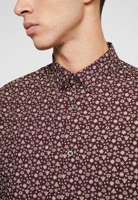 Burton Menswear London - XMAS TREE - Košile - burgundy - 4