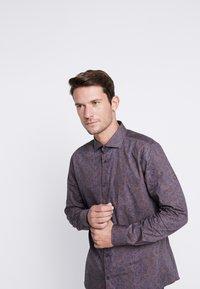 Burton Menswear London - BURGUNDY PAISLEY DESIGN - Košile - burgundy - 0