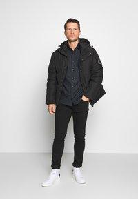 Burton Menswear London - FLORAL DESIGN - Košile - navy - 1