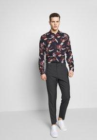 Burton Menswear London - FLORAL - Camisa - navy - 1