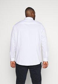 Burton Menswear London - BIG DOBBY STRETCHFOB - Camicia elegante - white - 2