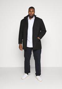 Burton Menswear London - BIG DOBBY STRETCHFOB - Camicia elegante - white - 1